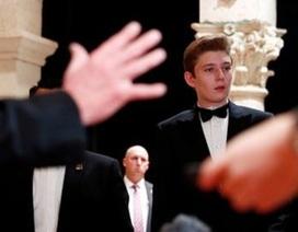 Dự tiệc năm mới, cậu út nhà Trump nổi bật với chiều cao 1,9 mét