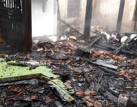 Vợ chồng khóc thảm nhìn căn nhà cháy thành than ngày đầu năm