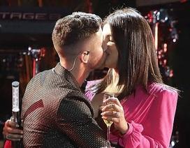 Priyanka Chopra hôn chồng trẻ trong đêm giao thừa