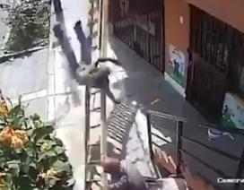 Đang đi thì bị ngáng đường, cụ ông rung thang khiến người bên trên ngã nhào xuống đất