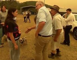 Thủ tướng Australia bị mắng mỏ, từ chối bắt tay vì cháy rừng hoành hành