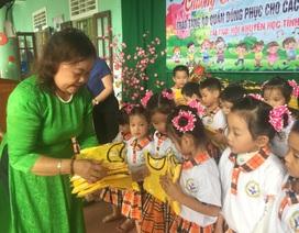 Quảng Trị: Tặng 400 bộ áo quần đồng phục cho học sinh mầm non
