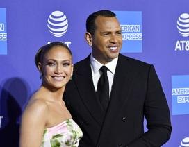 Jennifer Lopez xinh đẹp tái xuất bên bạn trai