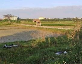 Người đàn ông nằm chết trên cánh đồng, cạnh xe máy