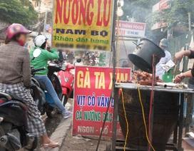 Nghịch lý của người Việt: Sốt sắng mua khẩu trang vì ô nhiễm, thản nhiên ăn uống ở lề đường đầy bụi
