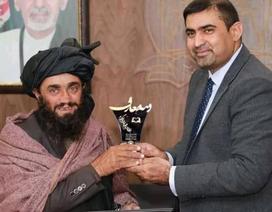 Người cha Afghanistan mù chữ dắt con đến trường cách nhà 12km mỗi ngày