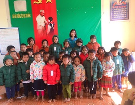 Bạn đọc Dân trí mang áo ấm mùa đông về với học sinh vùng cao