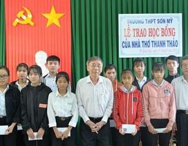 Nhà thơ Thanh Thảo tiếp sức học sinh nghèo