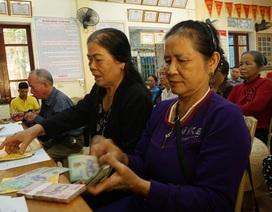 Hà Tĩnh: Người hưu trí phấn khởi khi được nhận 2 tháng lương để sắm Tết