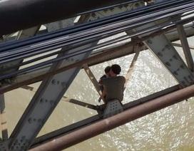 Giải cứu người đàn ông ôm con định nhảy cầu Long Biên