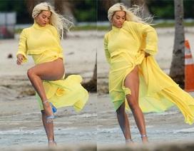 Rita Ora khoe dáng chắc khỏe với váy xẻ bạo
