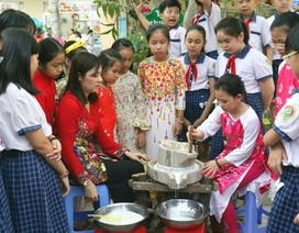 Hàng trăm học sinh tiểu học hào hứng học xay bột, gói bánh tét ăn Tết