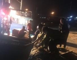 Bộ đội biên phòng lai dắt 2 tàu cá mắc cạn vào bờ neo đậu an toàn
