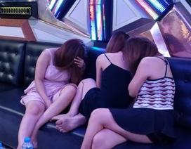 Đột kích quán karaoke, phát hiện tiếp viên nữ khỏa thân trong phòng hát