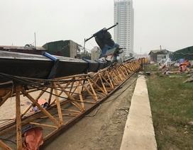 """Hà Nội: Cần cẩu tháp """"khổng lồ"""" đổ sập khi đang được tháo dỡ"""