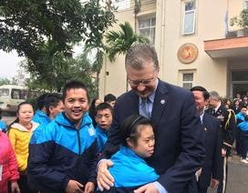 Đại sứ Mỹ thăm các cựu chiến binh, trẻ khuyết tật ở ngôi làng đặc biệt