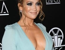 Jennifer Lopez khoe ngực căng đầy