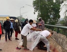 Truy tìm gã đàn ông chém tới tấp người phụ nữ đang chở con nhỏ trên cầu