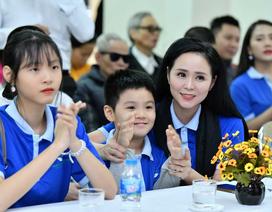 Nữ hoàng hoa hồng Bùi Thanh Hương cùng 2 con đón Tết sớm với người khiếm thị Quận Thanh Xuân