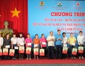 Thủ tướng Chính phủ Nguyễn Xuân Phúc tặng quà Tết tại Vĩnh Long