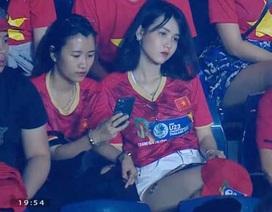 """Cô gái gây """"bão"""" mạng khi xuất hiện trên khán đài trận U23 Việt Nam - Jordan"""