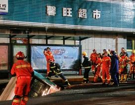 """Trung Quốc: """"Hố tử thần"""" nuốt chửng xe buýt, ít nhất 6 người chết"""