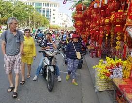 """Nha Trang ngập tràn sắc xuân, du khách háo hức dạo """"phố đèn lồng"""""""