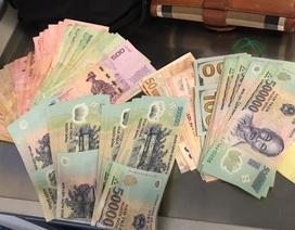 """Khách lại """"đãng trí"""" bỏ quên hơn 150 triệu đồng trên máy bay Vietnam Airlines"""
