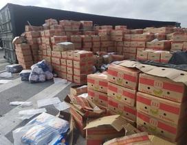 Lật xe container, gần 20 tấn hoa quả đổ tràn ra đường