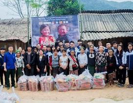 Học sinh trường Phan tặng quà Tết cho bản nghèo