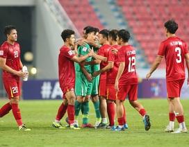 Cầu thủ U23 Việt Nam ôm động viên thủ môn Bùi Tiến Dũng