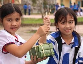 Học sinh vùng biên háo hức gói bánh chưng đón Tết