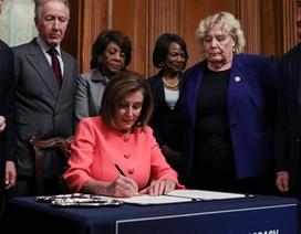 Chủ tịch Hạ viện Mỹ dùng 32 cây bút ký luận tội ông Trump