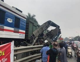 """Hà Nội: Ô tô chở cá cố vượt đường sắt, bị tàu hỏa """"vò nát"""""""