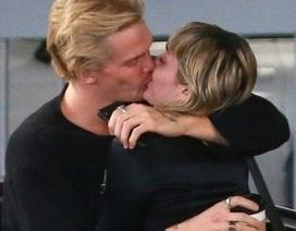 Miley Cyrus tình tứ hôn bồ kém tuổi