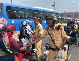 """CSGT """"chốt chặn"""" cửa ngõ Sài Gòn phát nước suối cho người dân về quê"""