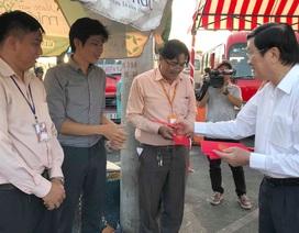 Nguyên Chủ tịch nước Trương Tấn Sang tặng quà tết cho hành khách tại bến xe