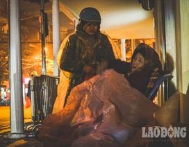 Hà Nội giá rét, người vô gia cư dùng áo mưa thay chăn để chống lạnh
