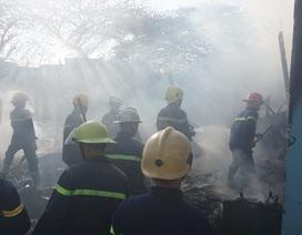 Cháy lán trại, hàng chục lính cứu hỏa căng mình dập lửa sáng 29 Tết