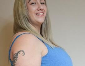 Bà mẹ 29 tuổi khổ sở vì bộ ngực khổng lồ