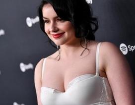 Ariel Winter diện váy trắng khoe đường cong hút mắt