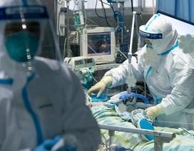 Bác sĩ Vũ Hán mặc bỉm điều trị bệnh nhân nhiễm virus corona