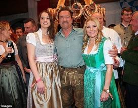 """""""Kẻ hủy diệt"""" Arnold Schwarzenegger dự tiệc cùng bạn gái trẻ"""