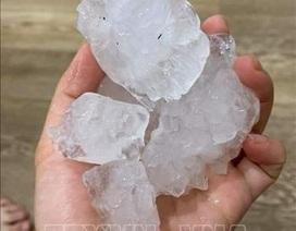Mưa đá to hiếm thấy rơi thủng mái nhà, vỡ kính ô tô