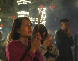 """Hàng nghìn người đi """"xin lộc"""" xuyên đêm ở đền thờ Thánh Gióng"""