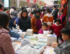 Phố sách Hà Nội đông nghịt người tham quan, mua sắm ngày Tết