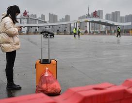 Người nước ngoài ăn bánh quy cầm hơi, chờ sơ tán khỏi tâm dịch viêm phổi Vũ Hán
