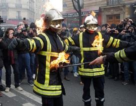 Cảnh sát đối đầu dữ dội lính cứu hỏa tại Paris