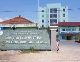 Một bác sĩ khám cho cô gái Hà Nội tự nguyện cách ly tại Khánh Hòa