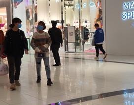 """Khẩu trang y tế """"cháy"""" hàng tại trung tâm thương mại, dân Hà Nội vừa chơi vừa sợ"""